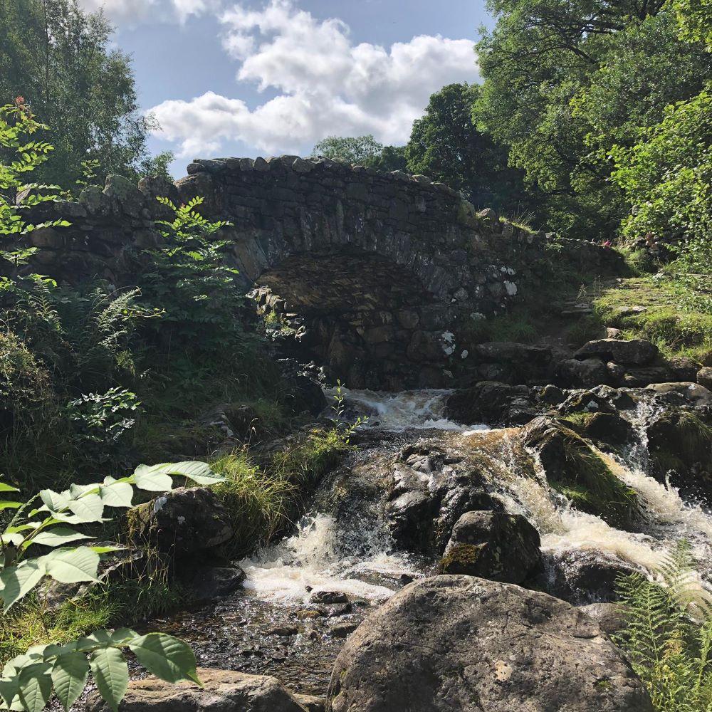 清流と橋の景観で絵葉書のように美しいアッシュネスブリッジ